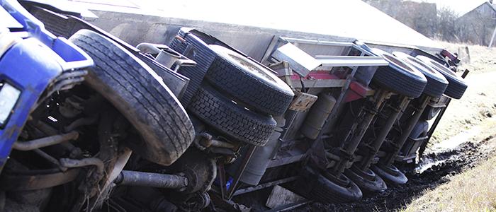 Tracteur semi-remorque renversé sur la route