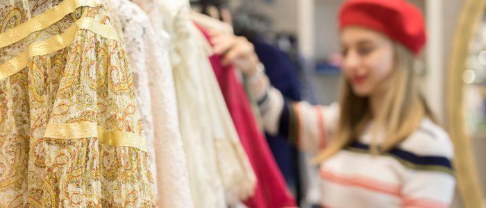 Jeune femme faisant des achats